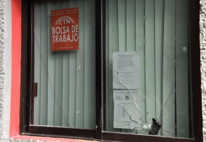 En el lugar se encuentran autoridades policiacas en busca de casquillos y demás indicios que lleven a la ubicación del sicario. (SIPSE)