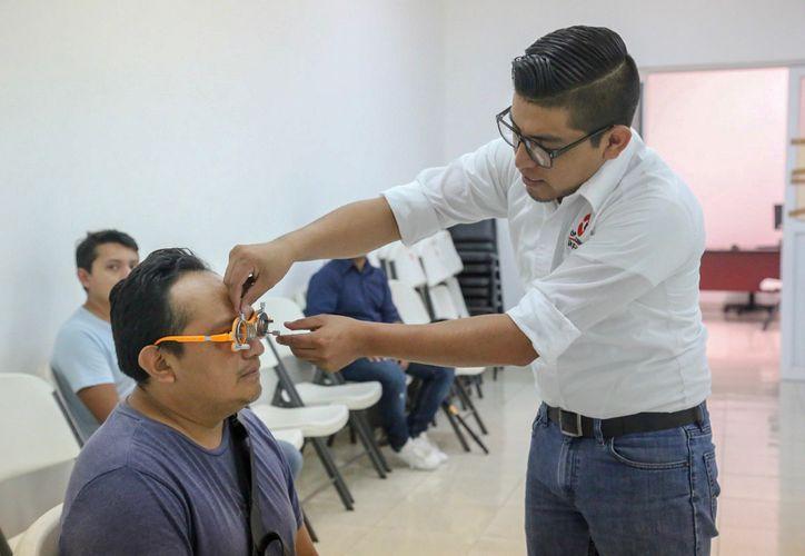 Del 11 al 15 de marzo se ofrecen en la Isla Mujeres descuentos especiales para consultas y compra de lentes graduados (Foto: Especial)