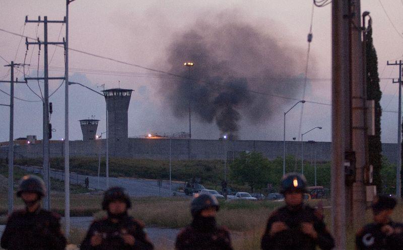 Suman 16 muertos por motín en penal de Cadereyta