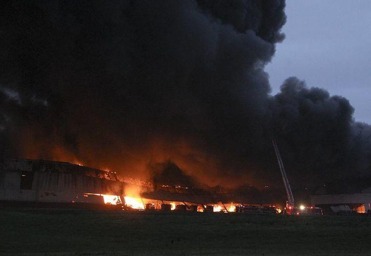 El fuego inició en una zona que General Electric usa como almacén y donde hay algunas oficinas. (AP)