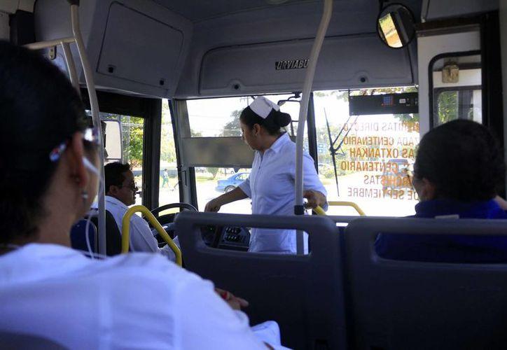 """Tras el inicio del servicio en las """"horas pico"""" los autobuses van llenos. (Harold Alcocer/SIPSE)"""