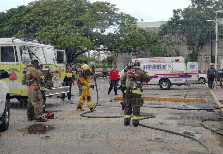Elementos de Protección Civil asistieron a las inmediaciones del Ayuntamiento de Benito Juárez. (Fernanda Duque/ SIPSE)