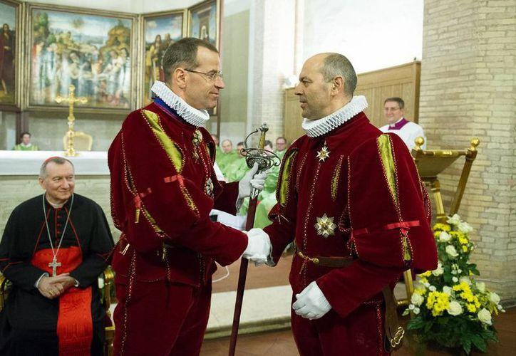 Daniel Anrig (i) saluda a Christoph Graf en el Vaticano. El segundo reemplazará al primero como comandante de la Guardia Suiza del Papa Francisco. (Foto: AP)