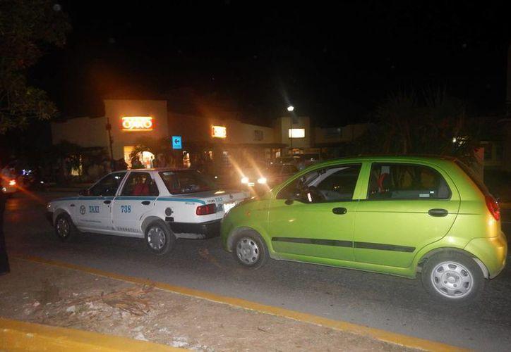 El conductor de un carro particular chocó por alcance al taxi, luego lesionó con un cuchillo al operador. (Foto: Redacción)