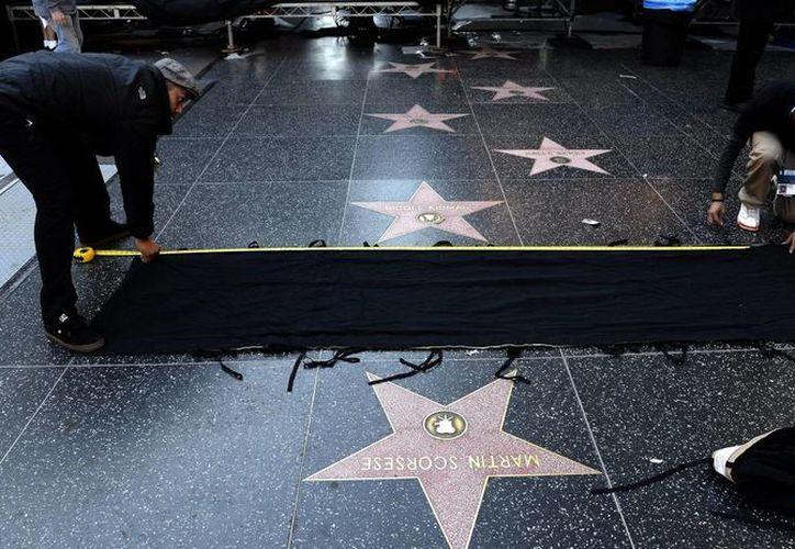 Operarios ultiman detalles para la próxima entrega del Oscar en el teatro Dolby de Hollywood, California; los que no resulten ganadores se llevarán lujosas compensaciones. (EFE/Archivo)