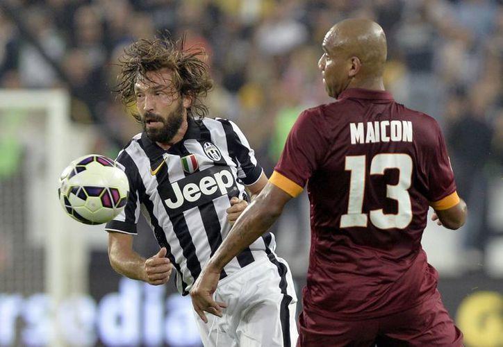 Andrea Pirlo, que en la foto aparece en la disputa del balón contra Maicon, en partido que Juventus ganó a Roma, está de vuelta para ayudar a Italia a clasificar a la Eurocopa. (Foto: AP)