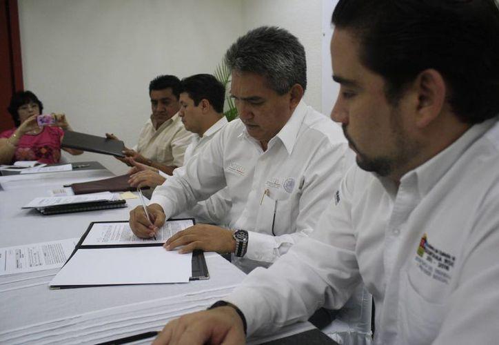 Firman convenio para beneficiar a los trabajadores. (Harold Alcocer/SIPSE)