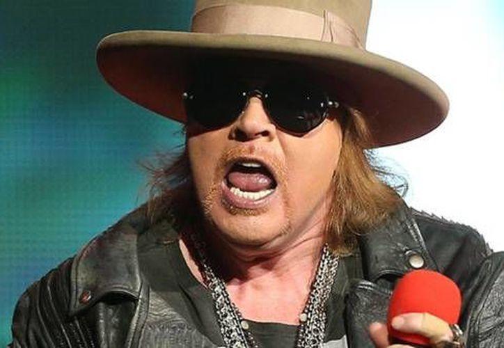 Axl Rose (foto) tendría unas presentaciones con AC/DC debido a que el vocalista de esta banda no puede tocar por riesgo a perder la audición. (Imagen tomada de kysfm.com)