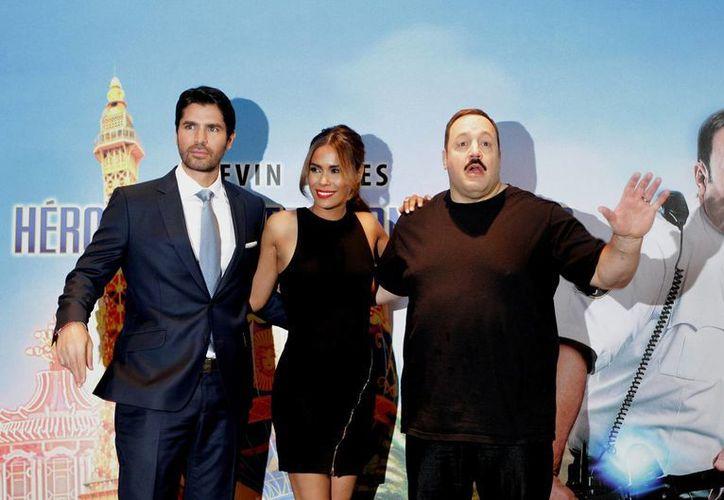 Kevin James (todo de negro) durante la presentación de la película 'Héroe de centro comercial 2' con los otros protagonistas. (Notimex)
