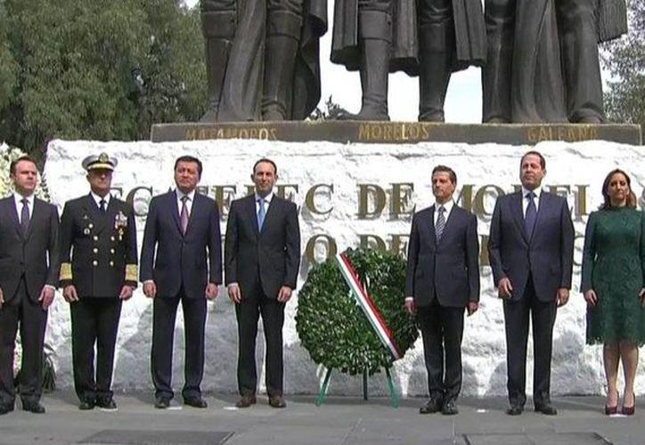 El presidente Enrique Peña Nieto encabezó la guardia solemne por el 200 aniversario luctuoso de José María Morelos y Pavón. (@SEGOB_mx)
