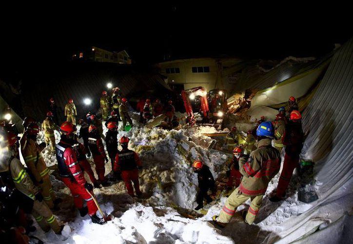 La policía indicó que el desplome del edificio afectó a 112 estudiantes. (EFE)