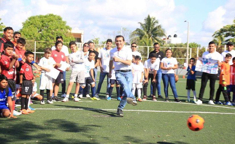 El candidato a diputado federal inauguró el torneo de fútbol infantil y realizó caminata en Playa del Carmen. (Redacción/SIPSE)
