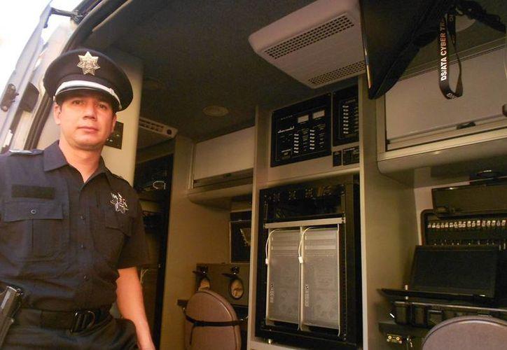 La Policía Federal combate a delincuentes cibernéticos con herramientas tecnológicas como una camioneta van que contiene equipo de primera generación. (Notimex)