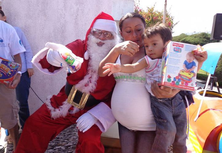 Los niños, y por supuesto los papás, se tomaron la foto del recuerdo con Santa Claus. (Manuel Pool/SIPSE)