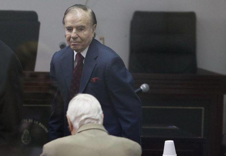 Fotografía de archivo fechada el 31 de mayo de 2013, donde aparece el expresidente argentino Carlos Menem en la sede de los tribunales de Buenos Aires. (Archivo/EFE)