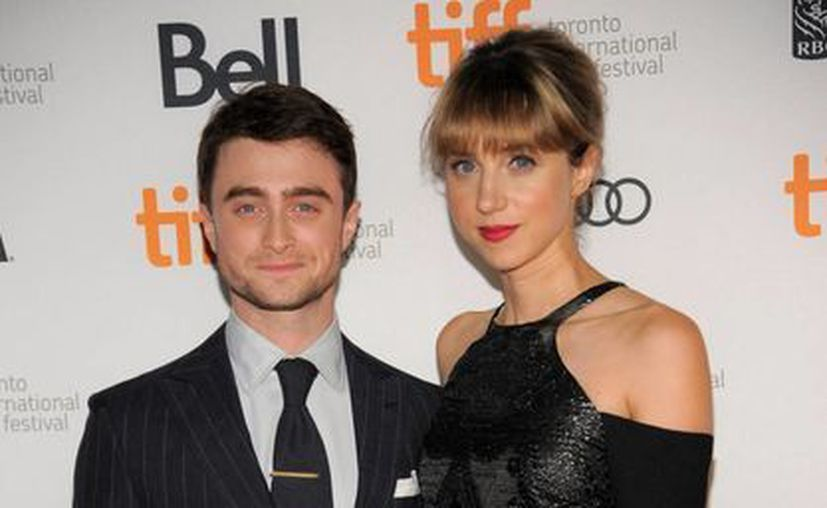 """Daniel Radcliffe, izquierda, y Zoe Kazan arriban a la premier de la película """"The F Word"""" en el Festival Internacional de Cine de Toronto. (Agencias)"""