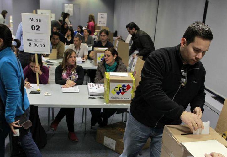 La autoridad electoral señala que darían el resultado tres horas después de concluir la votación. (Agencias)