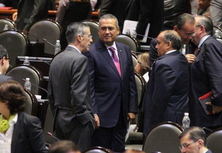 El titular de la junta de coordinación política de San Lázaro, Manlio Fabio Beltrones (c) indicó que el pleno de los diputados buscará dar salida a más de 30 dictámenes pendientes. (Notimex)