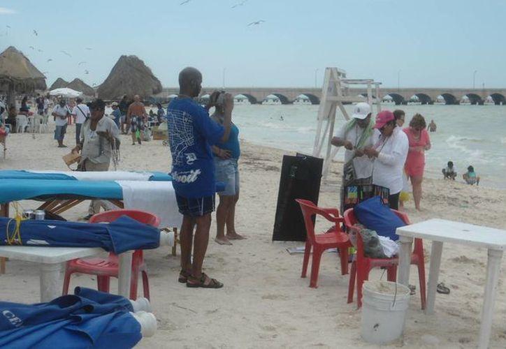 Ante el mal tiempo, fueron pocos los cruceristas que se quedaron en las playas de Progreso. (Manuel Pool/Milenio Novedades)