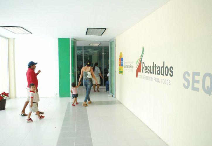 Los padres de familia llevaron sus peticiones en la SEQ. (Tomás Álvarez/SIPSE)