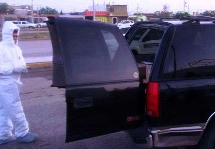 La Policía Federal recuperó miles de visas norteamericanas al revisar un vehículo abandonado en Matamoros. (Fotos: excelsior.com.mx)