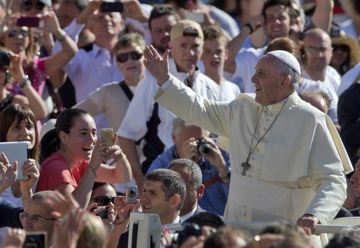 El Papa Francisco saluda a la multitud de fieles católicos reunidos en la Plaza de San Pedro, previo a su mensaje de los miércoles. (Foto: AP)