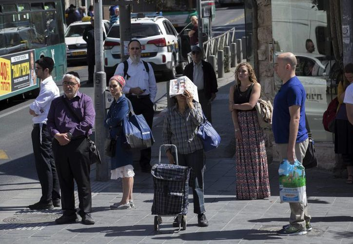 Israelíes guardaron dos minutos de silencio en una calle en Jerusalén, Israel, hoy 5 de mayo de 2016. (EFE)
