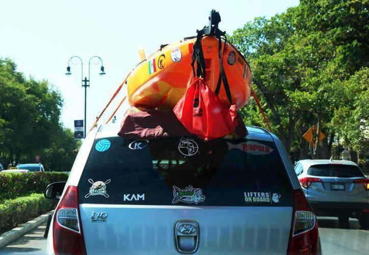 Algunas personas reciben información de hospedaje en Mérida a través de aplicaciones tipo Uber. Imagen de contexto de una camioneta posiblemente de turistas que visitan Mérida. (Milenio Novedades)