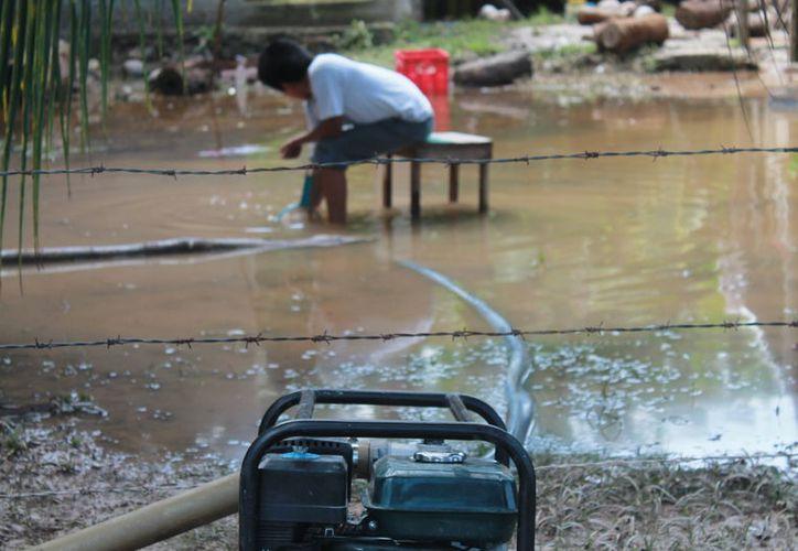 El Ayuntamiento de Bacalar realizó la limpieza de pozos y alcantarillas para evitar inundaciones. (Javier Ortiz/SIPSE)