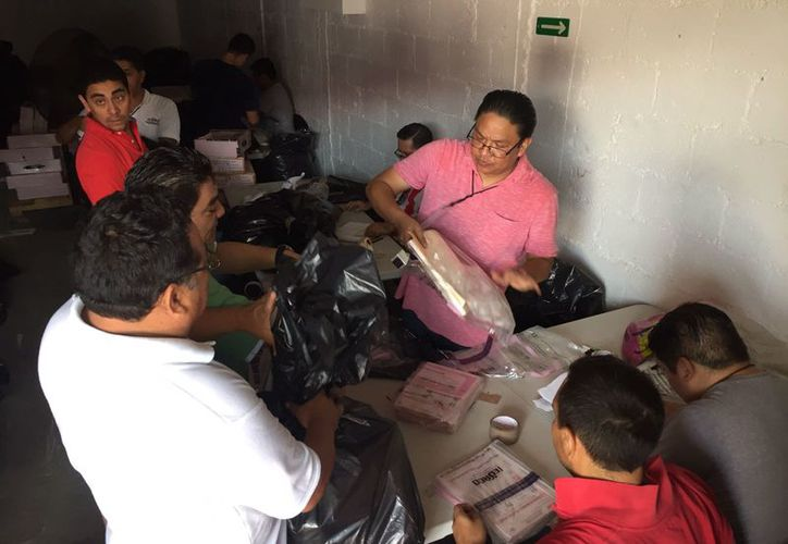 Abren bodega  del Ieqroo y empaquetan  mil 121 bolsas con la papelería electoral. (Joel Zamora/SIPSE)