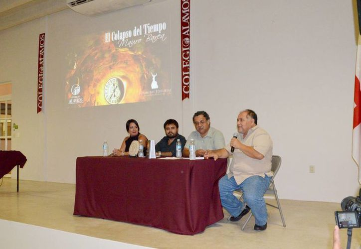 El escritor cancunense presentó su novela que trata sobre la mitología maya. (Israel Leal/SIPSE)