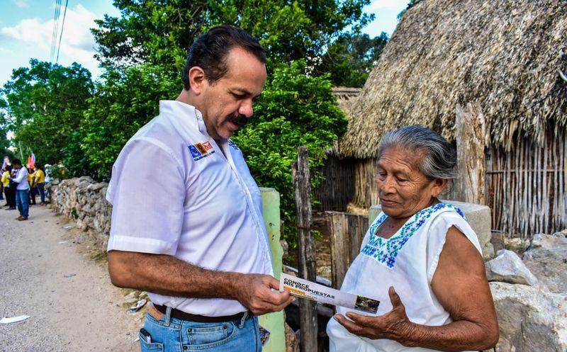 Julián Ricalde continúa recorriendo las comunidades más apartadas del estado. (Redacción)