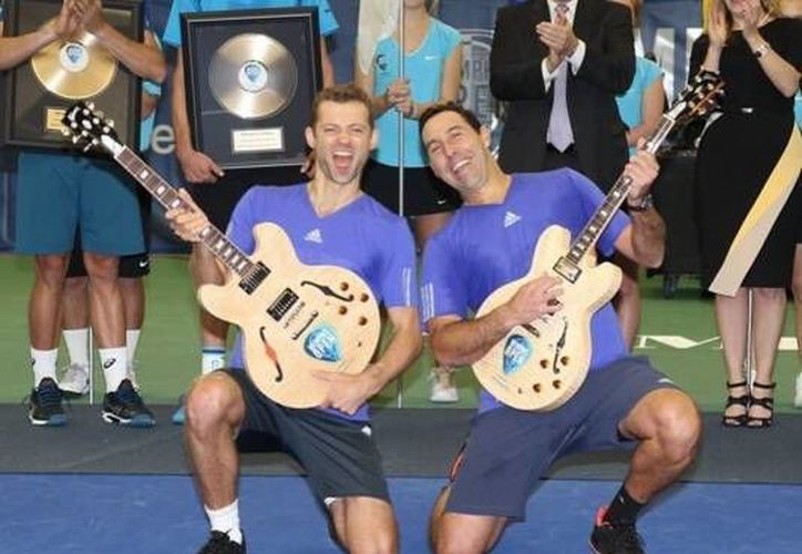 El mexicano, Santiago González, y el polaco, Mariusz Fystenberg, celebran el título del ATP 250 de Memphis que consiguieron este domingo tras derrotar a los estadounidenses Steve Johnson y Sam Querry. (Twitter: gonzalezsanty)