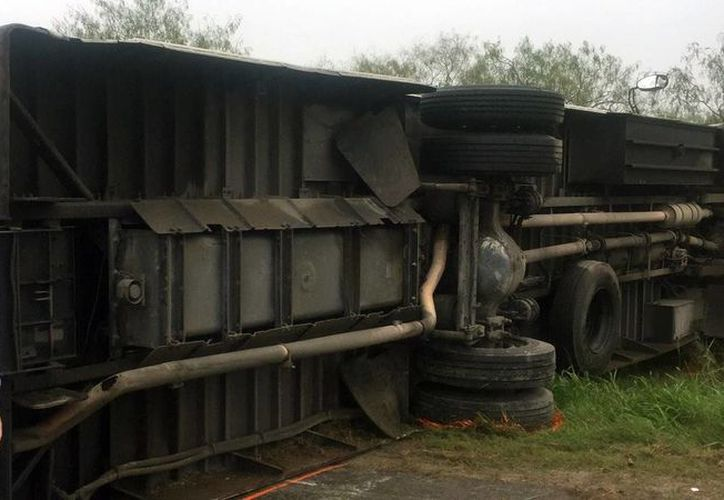 Al parecer el mal tiempo ocasionó que se volcara el autobús donde eran trasladados casi 20 prisioneros en Texas. (krgv.com)