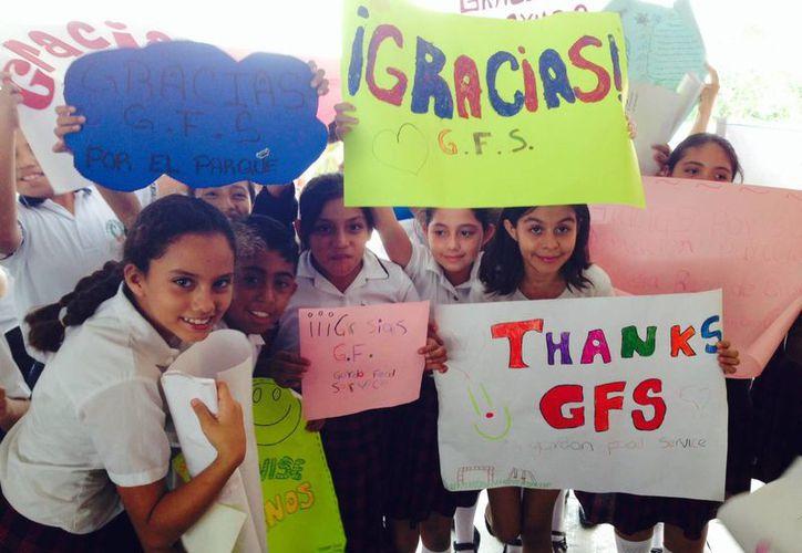 Los alumnos recibieron al personal canadiense con decenas de pancartas en las que plasmaron sus agradecimientos. (Sergio Orozco/SIPSE)