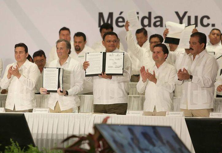 Se impulsarán 65 mil 379 acciones de vivienda en Yucatán gracias a la firma de un convenio realizada este lunes. (Notimex)