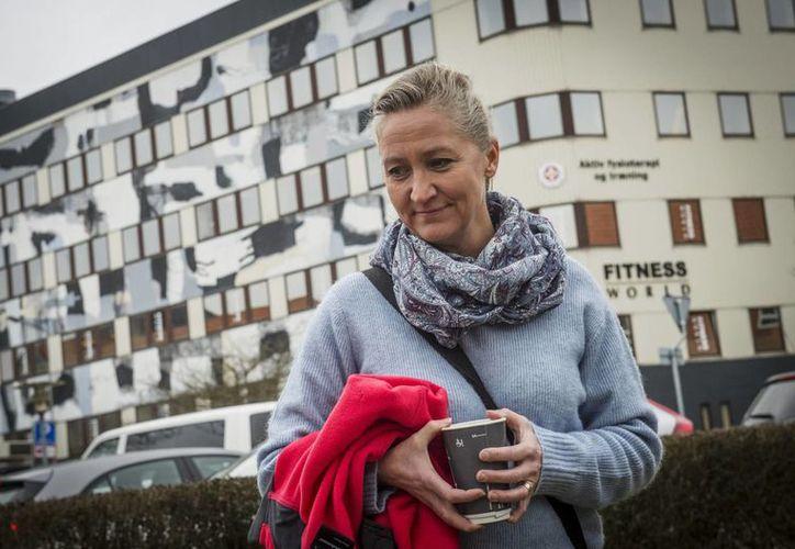 La danesa Lisbeth Zornig Andersen es fotografiada afuera de la corte en Nykobing Falster, Dinamarca, después de ser multada con tres mil 420 dólares por ayudar a gente a atravesar Dinamarca sin autorización. (Agencias)