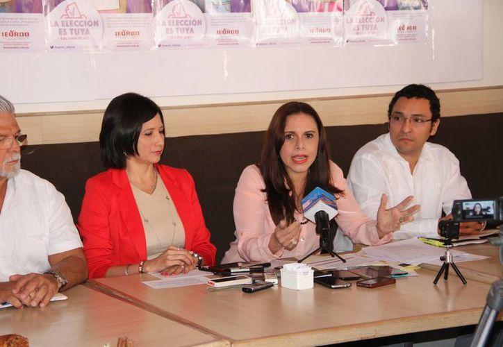 Luis Carlos Santander, Mayra Sanroman, Thalía Hernández y Juan Manuel Pérez, durante una conferencia de prensa. (Tomás Álvarez/SIPSE)