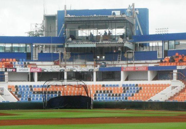 El palco principal del estadio ubicado en el palomar detrás del homeplate, está siendo remozado. (Redacción/SIPSE)