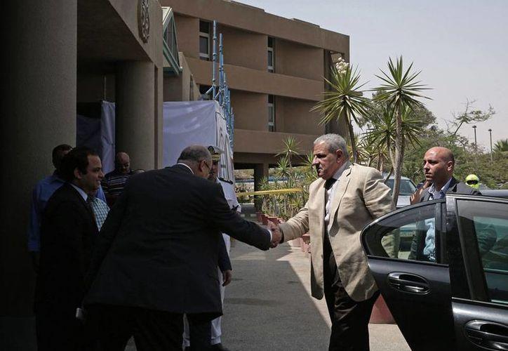 La Secretaría de Relaciones Exteriores (SRE) informó que dos mexicanos murieron durante un ataque aéreo en Egipto. Otros seis resultaron heridos y fueron trasladados a un hospital, hasta donde llegó el primer ministro Ibrahim Mehleb a visitarlos. (AP)