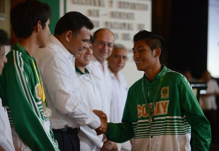 Rolando Zapata otorgó distinciones a los jóvenes que obtuvieron 14 medallas durante el XXI Encuentro Académico, Cultural y Deportivo de la zona Sur-Sureste del Colegio de Bachilleres. (Cortesía)