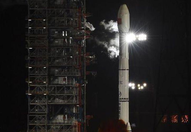 Fotografía difundida por la agencia noticiosa china Xinhua de una sonda no tripulada en la punta de un cohete Larga Marcha 3C durante su lanzamiento desde Xichang, China. (Agencias)