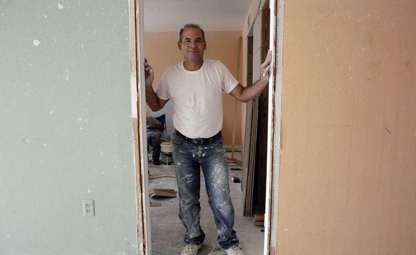 Edgar Ospina, de 50 años, posa para una foto en el apartamento que está remodelando en Miami Beach, Florida. Ospina, que ha pasado casi la mitad de su vida en EU. (Agencias)