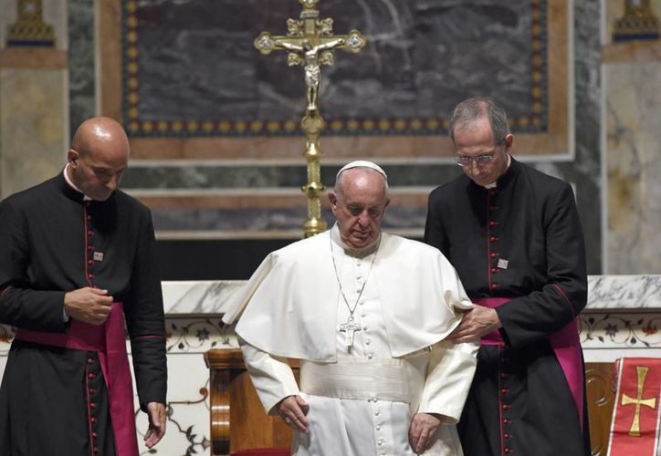 El Papa Francisco es ayudado por un obispo al bajar los escalones durante la oración del mediodía de la Liturgia de las horas, en la Catedral de San Mateo Apóstol en Washington. (Foto AP/Susan Walsh)