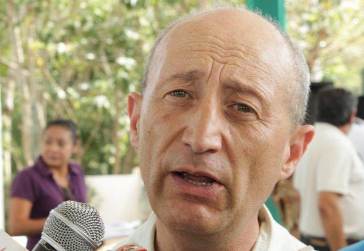 El párroco Pablo Pérez Guajardo anuncia que se realizarán misas. (Adrián Barreto/SIPSE)