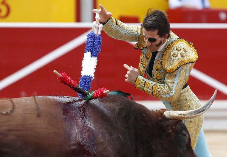 Padilla recibió una cornada que terminó sólo en un susto, ya que no representó heridas de gravedad. (Internet)