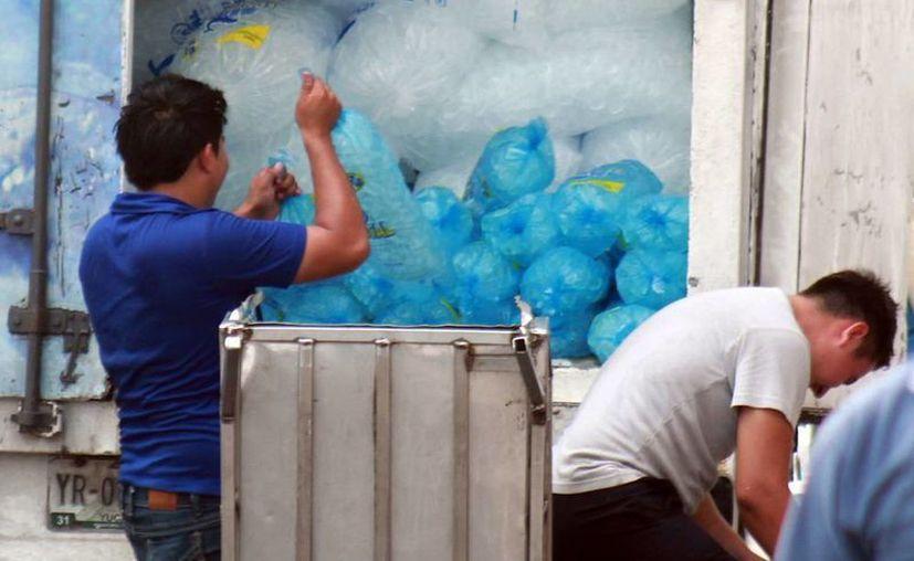El calor se mantiene 'intenso' en Yucatán, a pesar de los chubascos de los últimos días. Los vendedores de hielo son los 'ganones' de las altas temperaturas. (SIPSE)