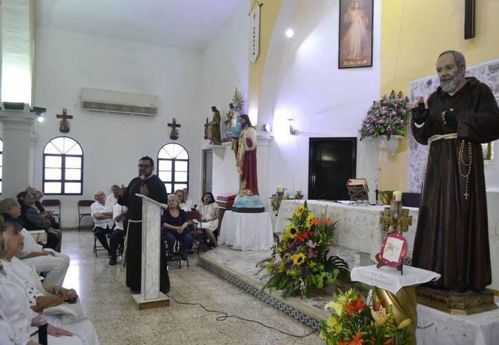 Una gran cantidad de fieles se reunió para venerar al Padre Pío, en la capilla de los Sagrados Corazones, en la Colonia México. (D. Sandoval/ Milenio Novedades)