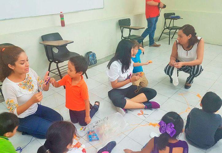 Los alumnos de la Unicaribe imparten talleres o cursos gratuitos a la comunidad. (Redacción/SIPSE)