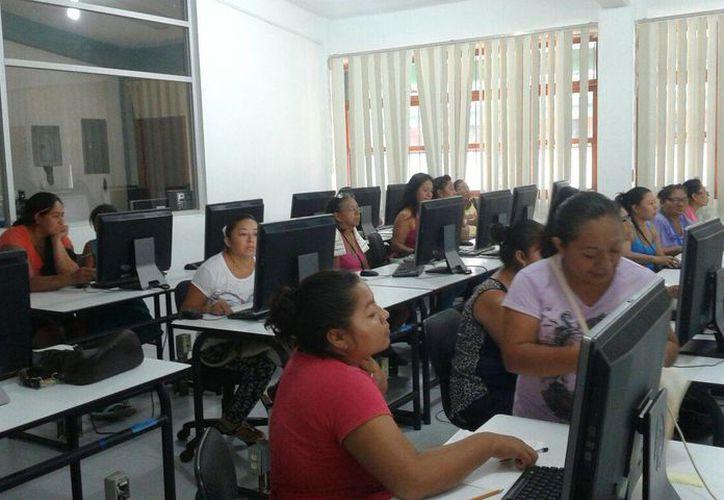 Aproximadamente 200 personas han obtenido su certificado de primaria o secundaria. (Octavio Martínez/SIPSE)